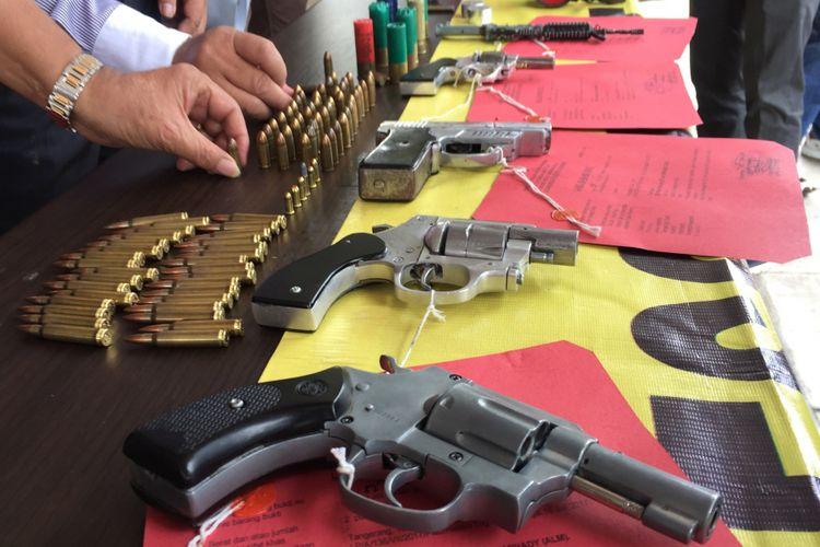 Satuan Reserse Kriminal Polres Metro Tangerang menggelar barang bukti dari pengungkapan kasus perdagangan senjata api ilegal, Kamis (27/7/2017). Kasus ini melibatkan jaringan perakit senjata api di Jakarta dan sekitarnya.