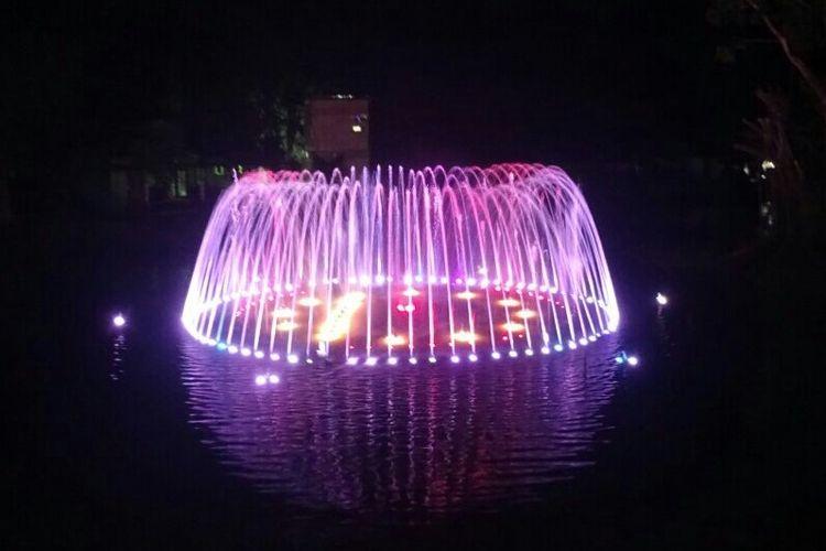 Air mancur menari di Taman Satwa Taru Jurug (TSTJ) yang kini dilengkapi dengan Taman Lampion, menghiasi malam-malam di obyek wisata Solo tersebut.