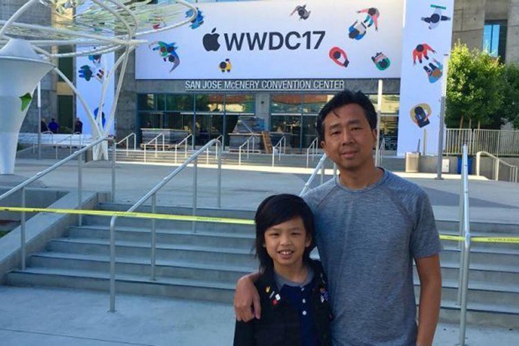 Yuma dan ayahnya Hendri Soerianto di depan WWDC 2017 di Amerika Serikat