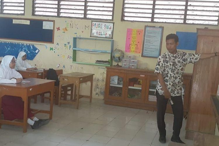 Salah satu guru honorer di Kota Tegal, Jawa Tengah, mengajar di hadapan siswa salah satu sekolah dasar, Kamis (6/2/2020)