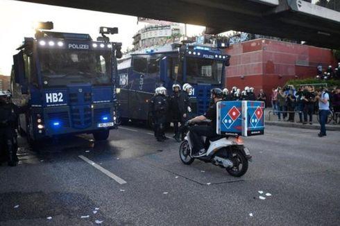 Lewati Kerumunan Demonstran dengan Santai, Pengantar Pizza Tuai Pujian