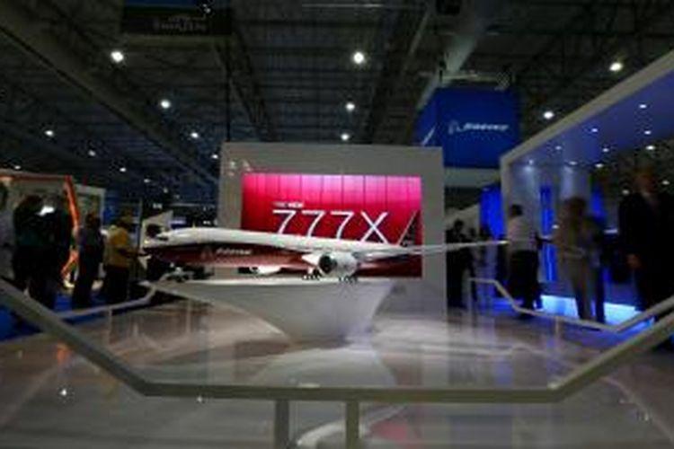 Model pesawat baru besutan Boeing, seri 777X, dipamerkan selama Dubai Aviation Show 2013.