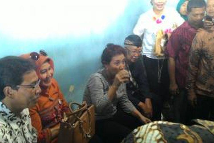 Menteri Kelautan dan Perikanan RI, Susi Pudjiastuti, meminum segelas kopi yang disuguhkan nelayan saat kunjungannya ke TPI Pangandaran, Sabtu (1/11/2014).