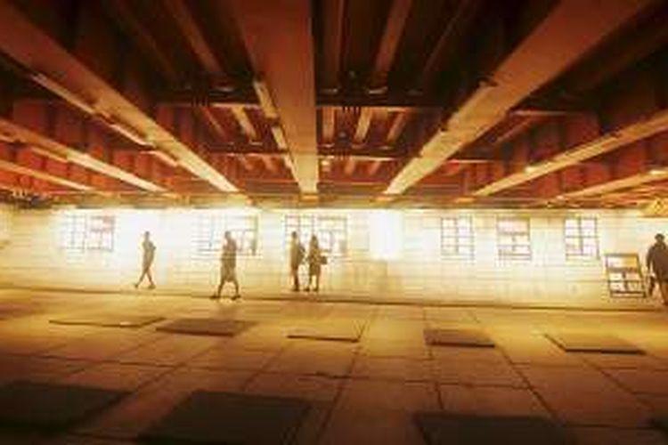 Pengunjung melihat karya seni yang dipajang di kolong Jembatan Gwanggyo di pinggiran Sungai Cheonggye di pusat kota Seoul, Korea Selatan, Minggu (28/8/2016). Sebelum direstorasi menjadi area publik hijau tahun 2002-2005, badan sungai tersebut tertutup jalan layang bebas hambatan sejak 1970-an setelah sebelumnya disesaki bangunan kumuh tahun 1950-an.