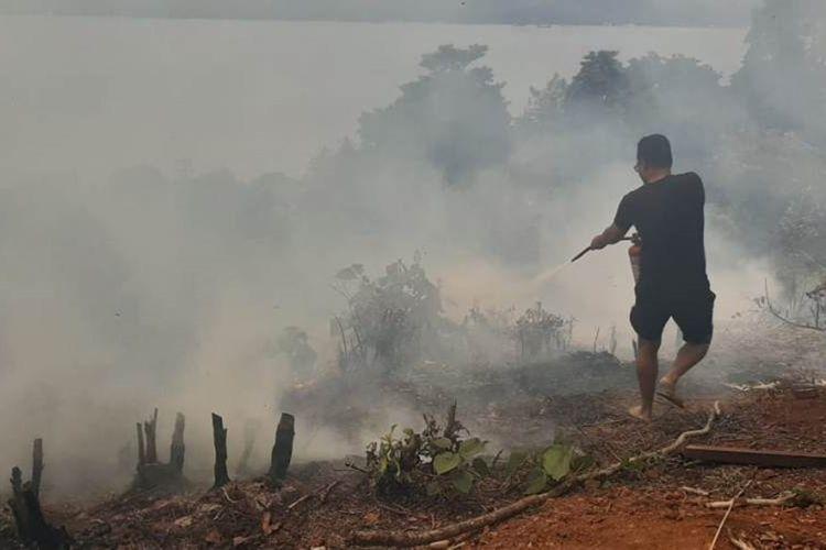 Kebun cengkih dan lahan pertanian warga di hutan desa Latuhalatm Kecamatan Nusaniwe, Ambon terbakar, Minggu (22/9/2019). Tampak warga bersama petugas pemadam kebakaran berupaya memadamkan korbaran api di hutan tersebut/foto dok Humas Polres Pulau Ambon