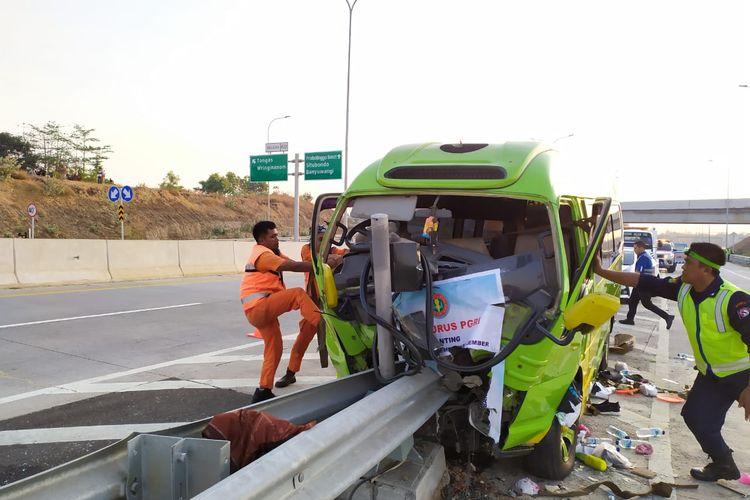 Minibus yang menabrak ujung pembatas jalan dievakuasi petugas.