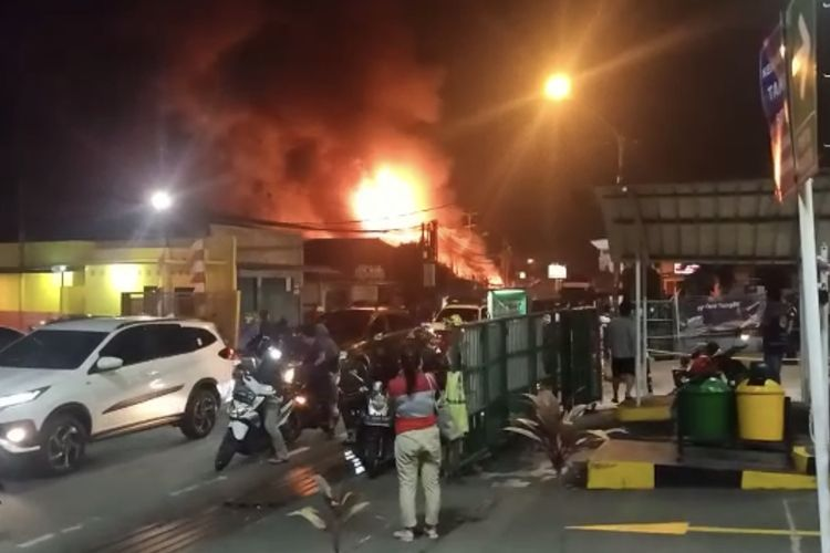 Sebuah pabrik kayu di depan Giant BBM Jalan Tole Iskandar, Abadijaya, Sukmajaya, Kota Depok, Jawa Barat terbakar pada Minggu (11/10/2020) malam sekitar pukul 18.45 WIB.