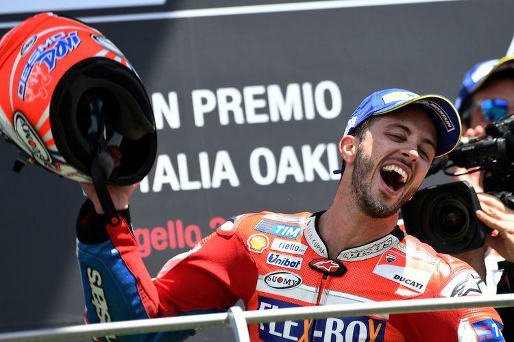 Pebalap Ducati Team asal Italia, Andrea Dovizioso, merayakan kemenangan pada balapan GP Italia di Sirkuit Mugello, Minggu (4/6/2017).VINCENZO PINTO/AFP PHOTO