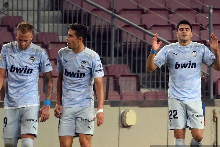 Penyerang Uruguay asal Uruguay, Maxi Gomez (kanan) merayakan golnya dalam pertandingan sepak bola liga Spanyol antara FC Barcelona dan Valencia CF di stadion Camp Nou di Barcelona pada 19 Desember 2020.