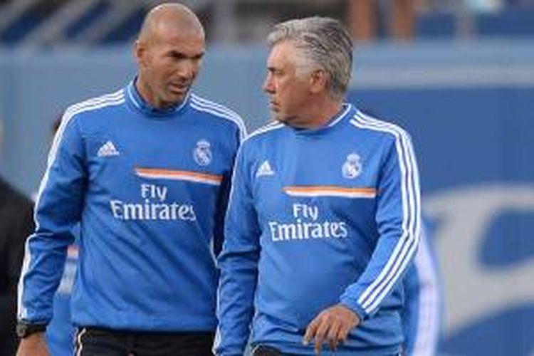 Pelatih Real Madrid, Carlo Ancelotti (kanan) dan asisten pelatih Zinedine Zidane.