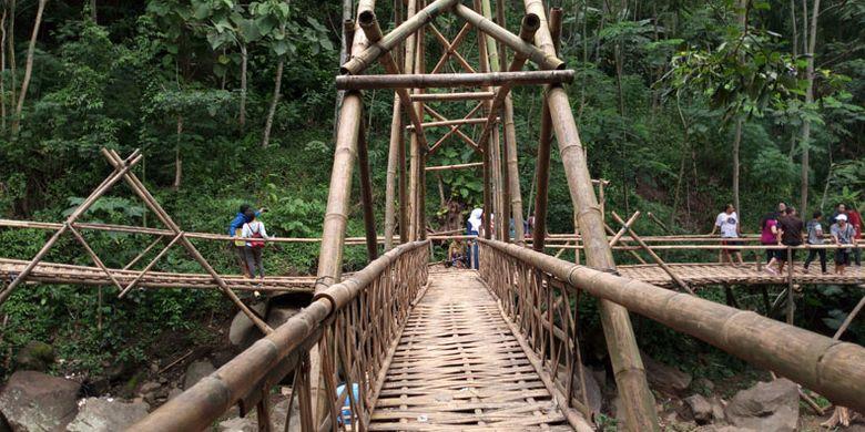Jembatan bambu di Obyek wisata Air Terjun Curug Gending Asmoro, Dusun Tompo Gunung, Desa Kalongan, Kecamatan Ungaran Timur, Kabupaten Semarang, Jawa Tengah, Sabtu (17/2/2018).