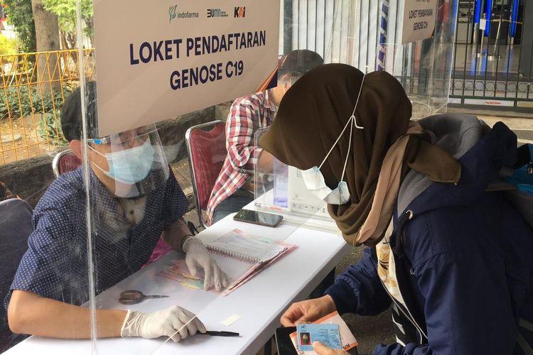 Calon penumpang mendaftar untuk melakukan tes GeNose di Stasiun Bekasi