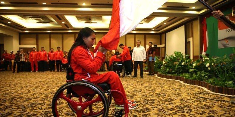 Atlet difabel nasional, Ni Nengah Widiashi, saat acara pelepasan atlet Indonesia yang akan tampil di ajang Paralympic Games 2016 Rio de Janeiro, di Lor In Hotel, Solo, Jawa Tengah, Jumat (2/9/2016)