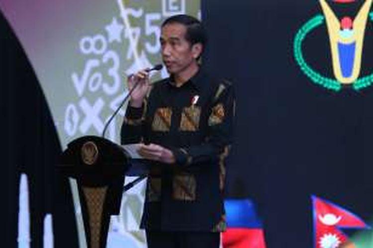 Presiden Republik Indonesia Joko Widodo (Jokowi) diabadikan saat memberikan sambutan pembukaan 'International Mathematics and Science Olympic' (IMSO) 2016 di Hotel  Allium, Tangerang. Rabu (9/11/2016). Olimpiade matematika dan sains internasional tingkat sekolah dasar ini diikuti oleh peserta dari 22 Negara.