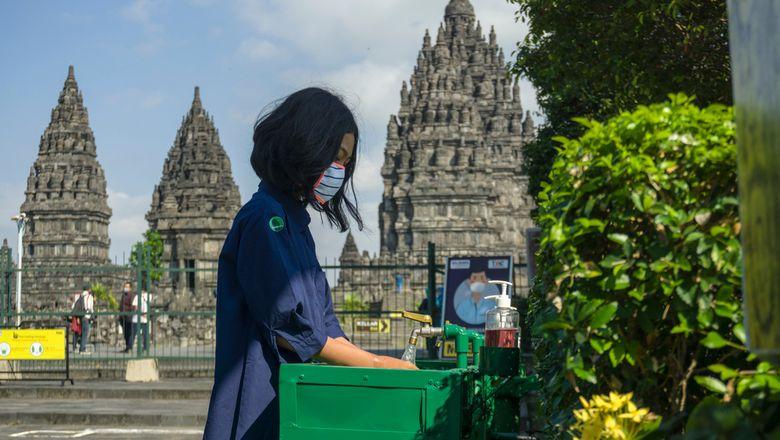 Ilustrasi wisatawan di lokasi wisata pada masa pandemi.