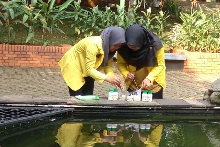Dua orang mahasiswa Universitas Indonesia menguji coba penggunaan deterjen cair dengan formula ramah lingkungan yang mereka temukan. Uji coba dilakukan di Kampus Universitas Indonesia, Depok, Rabu (26/7/2017)