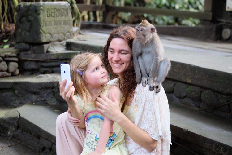 Wisatawan dan monyet di Monkey Forest, Ubud, Gianyar, Bali.