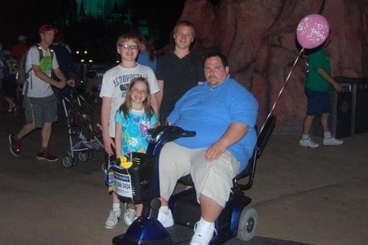 Scott Santarlas saat masih memilik berat badan 216 kilogram, kala berjalan-jalan di  Walt Disney World tahun 2013.
