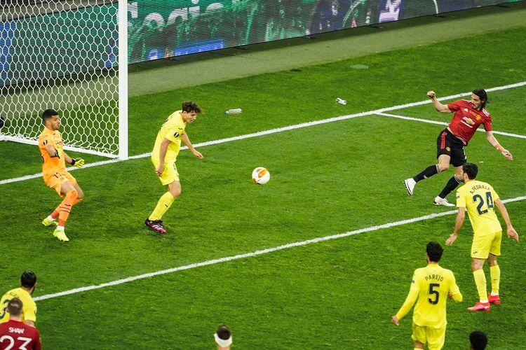 Striker Manchester United Edinson Cavani (kanan/merah) menyundul bola dan diantispasi bek Villarreal Pau Torres (kedua dari kiri) pada final Liga Europa antara Villarreal vs Man United di Stadion Gdansk pada 26 Mei 2021.