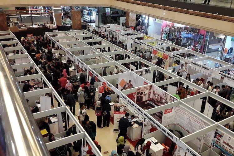 Pencari pekerjaan datang meramaikan gelaran Job Fair Kota Tangerang di Metropolis Mall Town Square pada Kamis (26/7/2018).