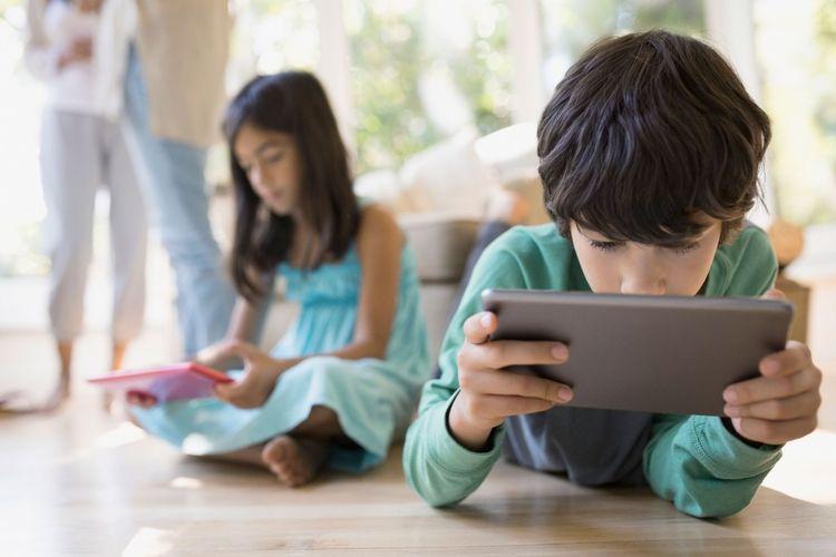 Ilustrasi anak bermain gadget