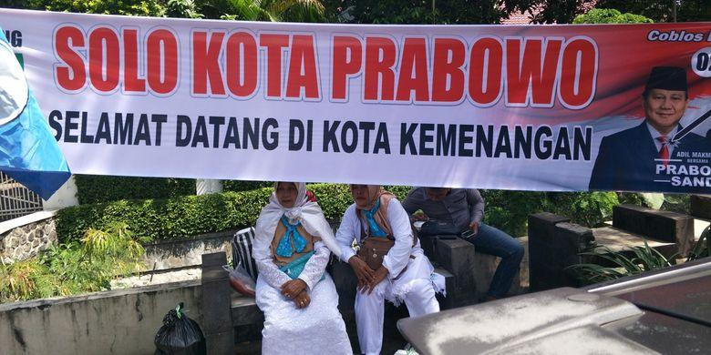 Spanduk bertuliskan Solo Kota Prabowo, Selamat di Kota Kemenangan terpasang di sekitar Stadion Sriwedari, Solo, Jawa Tengah, Rabu (10/4/2019).