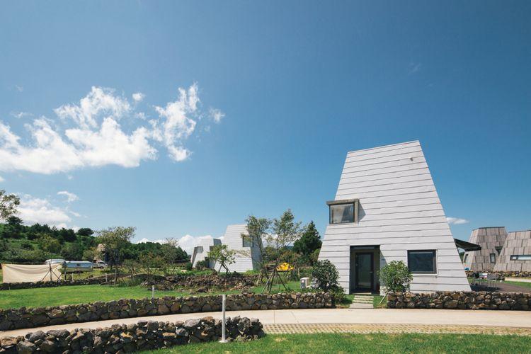 Kompleks perkemahan ini dirancang oleh firma asal Seoul, Z_Lab.