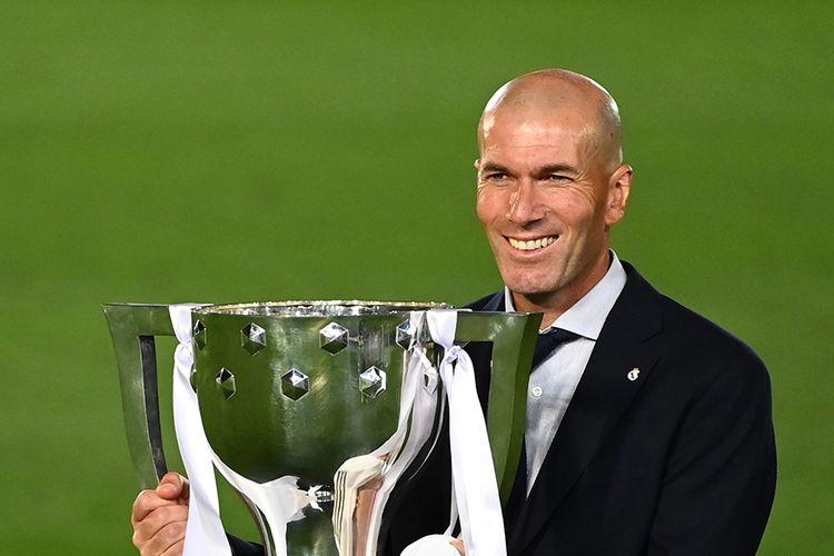 Pelatih Real Madrid Zinedine Zidane berpose dengan trofi usai timnya berhasil menjadi juara Liga Spanyol setelah mengalahkan Villarreal 2-1 di Stadion Alfredo di Stefano, Valdebebas, pada Jumat (17/7/2020) dini hari WIB. Hasil ini menjadi trofi Liga Spanyol ke-34 Real Madrid dan yang ke-11 bagi Zinedine Zidane menangani Los Blancos, termasuk tiga gelar Liga Spanyol.
