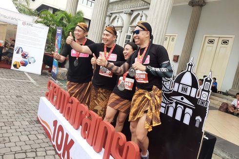 Ikut Semarang 10K, Pelari Ini Pakai Kain Batik Lengkap dengan Blangkon