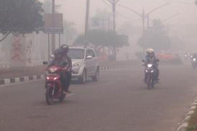 Jarak pandang di Kota Palangkaraya, Kalimantan Tengah, Rabu (23/9) pada pukul 16.00 hanya 50 meter akibat kabut asap pekat.