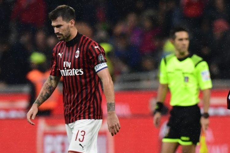 Alessio Romagnoli tampak kecewa dengan hasil akhir laga AC Milan vs Lecce dalam lanjutan Liga Italia di San Siro, 20 Oktober 2019.
