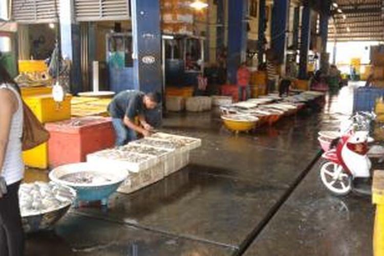 Lokasi pelelangan ikan di Pasar Ikan Muara Angke, Pluit, Jakarta Utara, Jumat (18/4/2014).