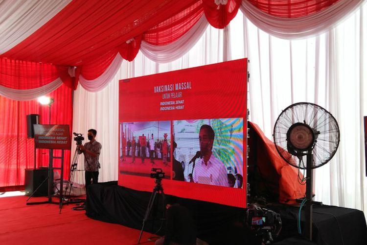 Presiden Joko Widodo saat memberikan arahan melalui video conference, ketika BIN Jawa Timur menggelar agenda vaksinasi di SMA Negeri 1 Cerme, Senin (13/9/2021).