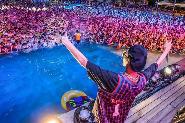 Ribuan orang memadati festival musik yang digelar di kolam renang di Wuhan, China. Hingga Mei, Wuhan belum mencatatkan kasus virus corona.