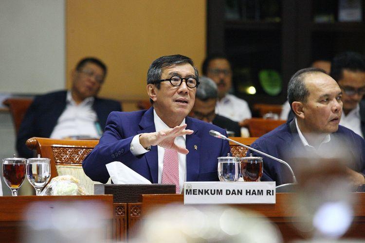 Menteri Hukum dan Hak Asasi Manusia (Menkum Ham) Yasonna Laoly (tengah) didampingi Jajarannya mengikuti Rapat Kerja (Raker) dengan Komisi III DPR, di Kompleks Parlemen, Senayan, Jakarta, Kamis (28/11/2019). Raker tersebut membahas Rencana Strategis Kementerian Hukum dan HAM dan Hasil pemeriksaan BPK semester I tahun 2019 dan tindak lanjut rencana undang - undang. ANTARA FOTO/Reno Esnir/ama.
