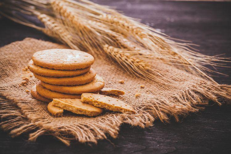 Ilustrasi setumpuk biskuit.