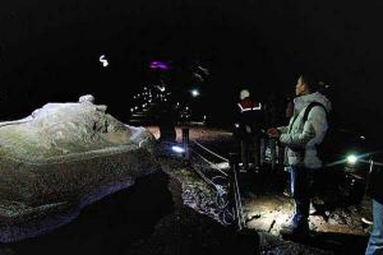 Turis menelusuri Goa Manjang, goa lava yang terbentuk akibat peristiwa vulkanik, di Jeju Utara, Pulau Jeju, Korea Selatan, Jumat (22/11/2013). Pulau Jeju ditetapkan UNESCO sebagai Warisan Alam Dunia tahun 2007.