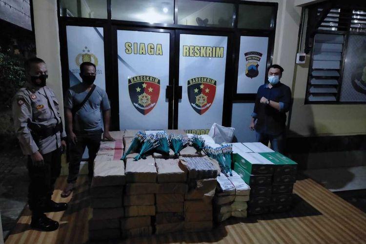 Anggota Polsek Ajibarang mengamankan sebanyak 13.000 petasan di perbatasan Banyumas-Brebes, Jawa Tengah, Selasa (27/4/2021).