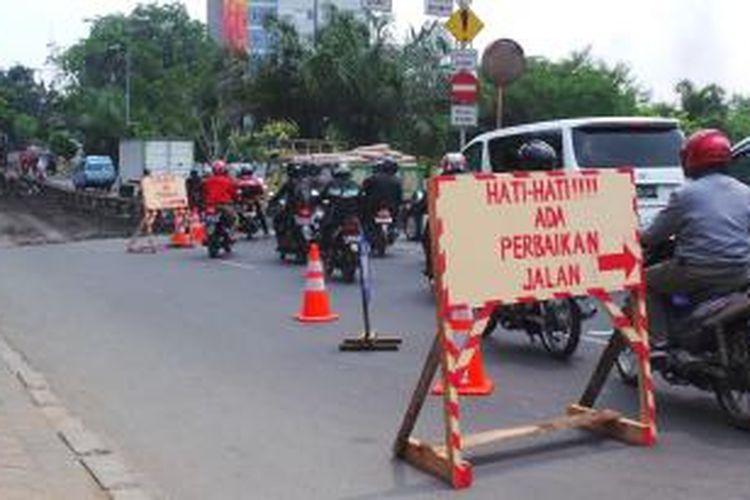 Ilustrasi perbaikan jalan. -- Perbaikan Jalan Panjang, Kebon Jeruk, Jakarta Barat tepat di depan Gedung Diklat Kemenkominfo, Jumat (13/9/2013). Perbaikan jalan itu mengakibatkan penutupan jalan sehingga memicu kemacetan.