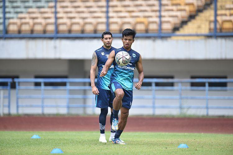 Bek Persib Bandung, Bayu Mohamad Fiqri, dalam sesi latihan di Stadion GBLA, Kota Bandung, Senin (20/9/2021).