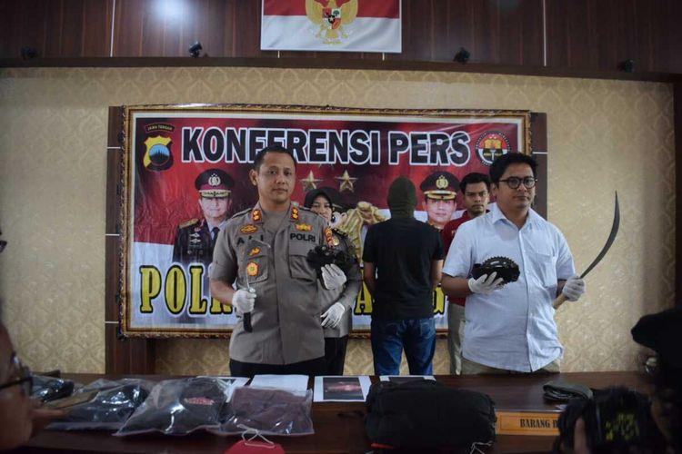 Kapolres Temanggung Ajun Komisaris Besar Polisi M. Ali memperlihatkan barang bukti aksi remaja yang diduga telah meresahkan masyarakat, dalam gelar perkara di Mapolres Temanggung, Selasa (25/2/2020).