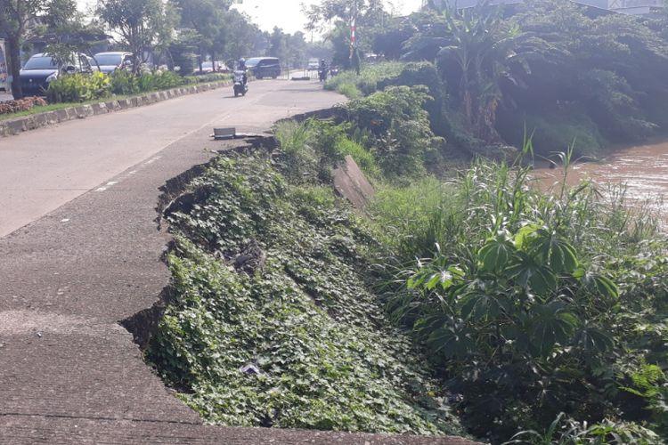 Kondisi tanggul Kali Bekasi di Jalan Raya Cipendawa, Rawalumbu, Kota Bekasi, Kamis (13/12/2018). Sudah lebih dari setahun tanggul ini rusak dan belum diperbaiki.