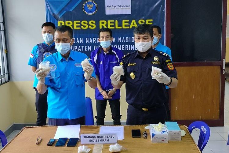 Kepala BNNK Ogan Komering Ilir AKBP Agung Sugiyono memperlihatkan tersangka dan barang bukti sabu.