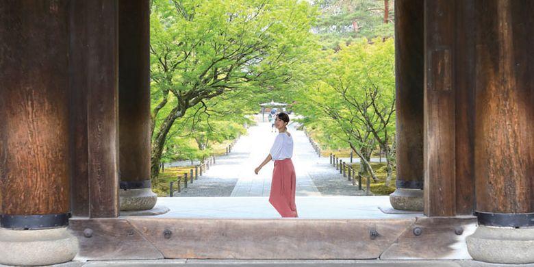 Memasuki area Kuil Nanzenji di Kyoto, Anda akan menemukan gerbang raksasa Sanmon yang menjadi salah satu dari tiga gerbang kuil raksasa di Jepang.
