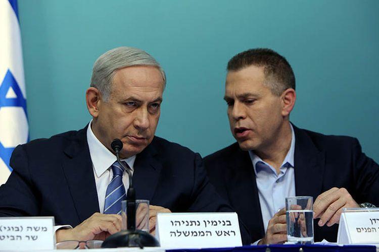 Menteri Keamanan Publik Israel Gilad Erdan (kanan) bersama Perdana Menteri Benjamin Netanyahu dalam konferensi pers di Yerusalem.