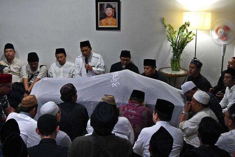 Sejumlah kerabat dan rekan berdoa di depan jenazah KH Salahuddin Wahid atau Gus Sholah di Mampang Prapatan, Jakarta, Senin (3/2/2020) dini hari. Ulama yang jugaadik kandung Presiden ke-4 RI Abdurrahman Wahid atau Gus Dur itu meninggal dunia usaikritis setelah operasi jantung di Rumah Sakit Jantung Harapan Kita, Jakarta.