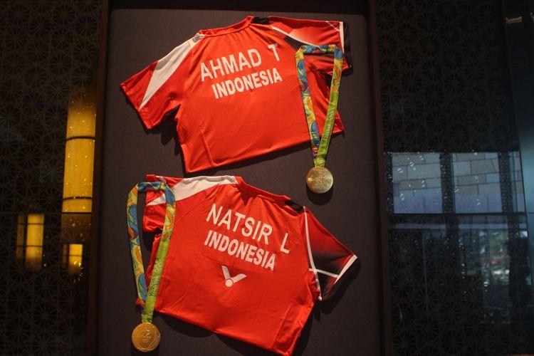 Medali Emas Olimpiade Rio deJaneiro milik pasangan ganda campuran Tontowi Ahmad-Liliyana Natsir yang dipamerkan di Main Lobby Hotel Indonesia Kempinski, Jakarta dalam acara Remarkable Sports dan Heritage Photo Exhibition