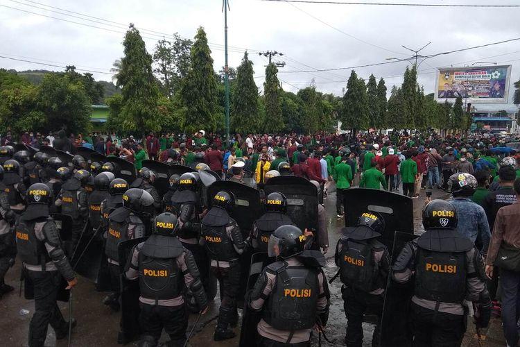 Ratusan personel polisi dan brimob berusaha menghalau massa mahasiswa saat aksi unjuk rasa menolak Undang-undang Cipta Kerja di Kota Padang Sidempuan, Sumatera Utara, Kamis (8/10/2020). Aksi berujung ricuh, dan menyebabkan sedikitnya empat polisi, dua mahasiswa dan satu petugas Satpol PP terluka.
