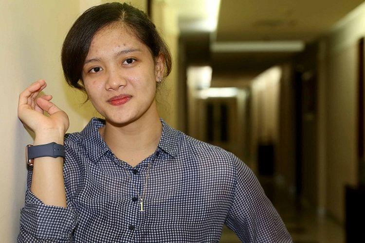 Pemain tim putri Jakarta Pertamina Energi, Tri Retno Mutiara, berpose seusai makan malam di Pertamina Simprug Residence, Jakarta, Jumat (31/3/2017).