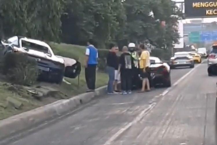 Sebuah mobil Ferrari yang tengah mengikuti konvoi bersama sejumlah mobil Ferrari lainnya menabrak sebuah mobil Honda Mobilio di Jalan Tol JORR di daerah Pasar Rebo, Jakarta Timur, Minggu (5/1/2020).